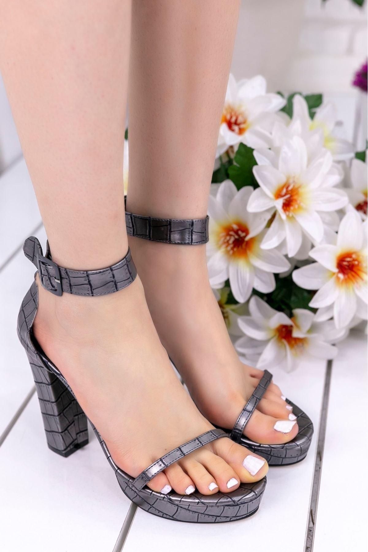Narcis Gri Cilt Kare Desenli Topuklu Ayakkabı