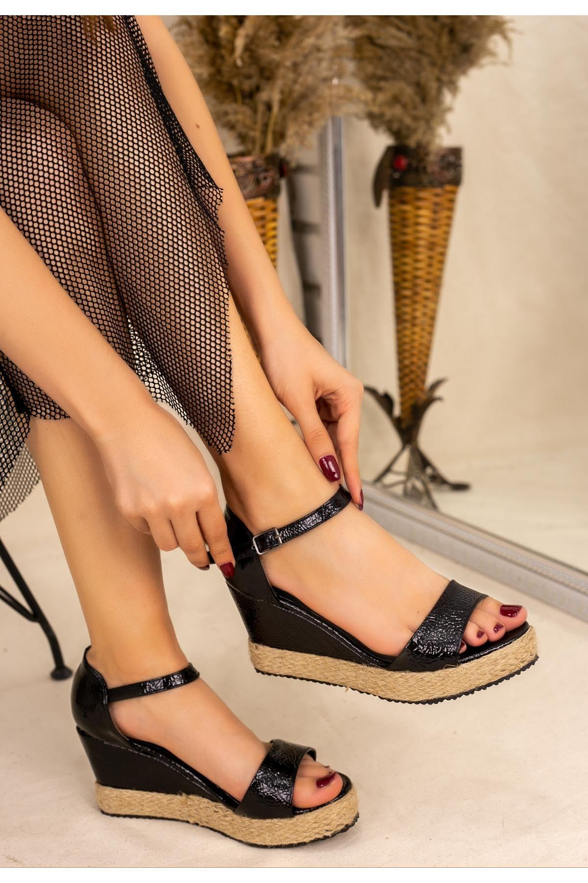 Temps Siyah Rugan Dolgu Topuk Sandalet