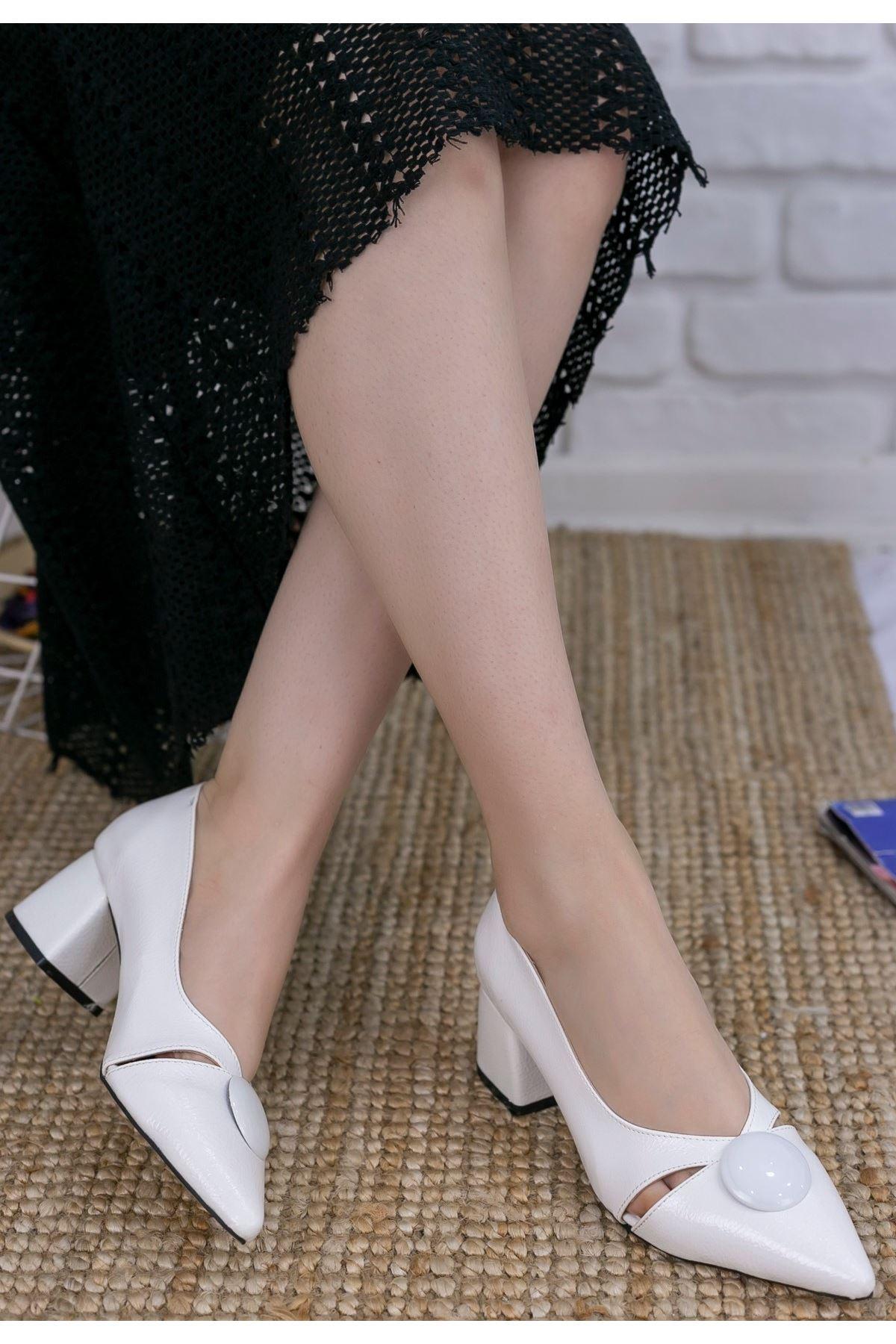 Melvi Beyaz Rugan Desenli Topuklu Ayakkabı