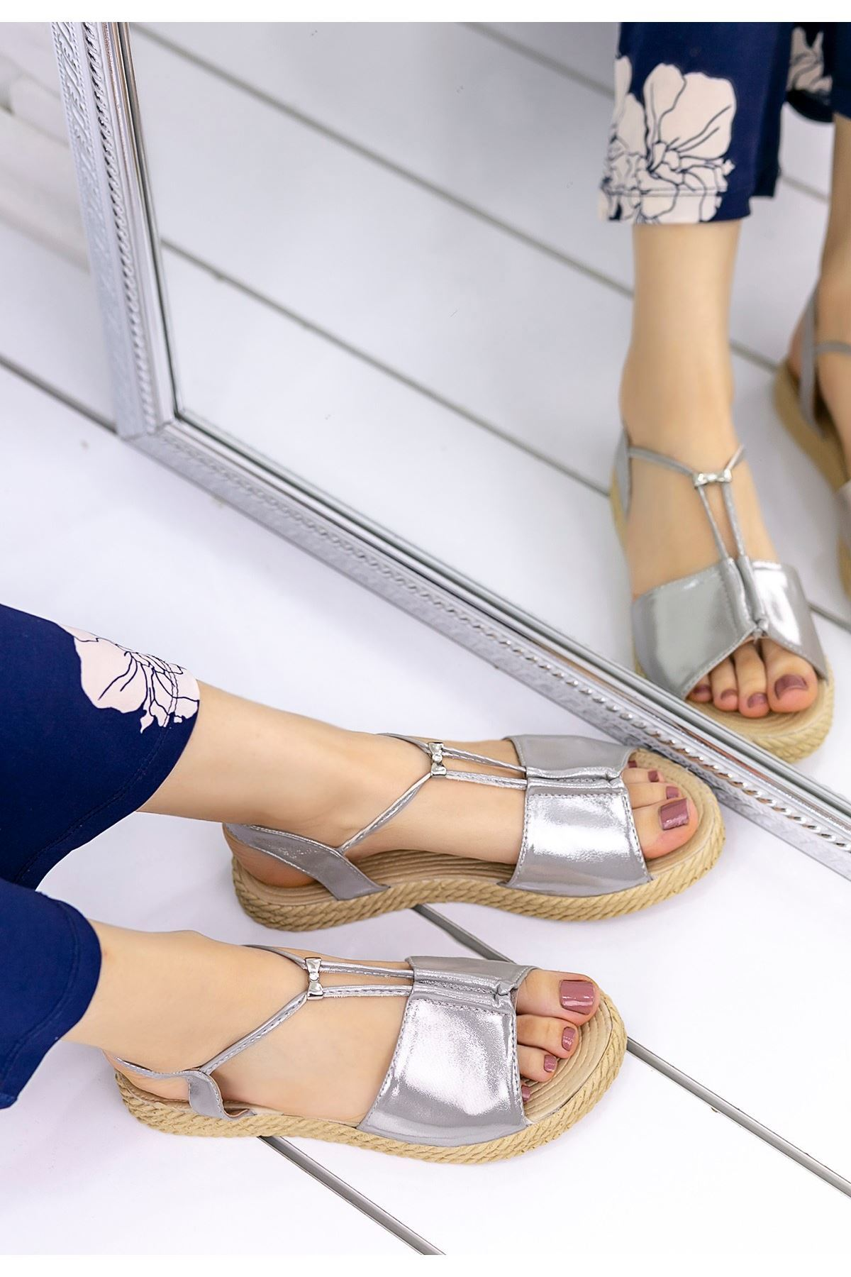 Emily Gümüş Rugan Sandalet