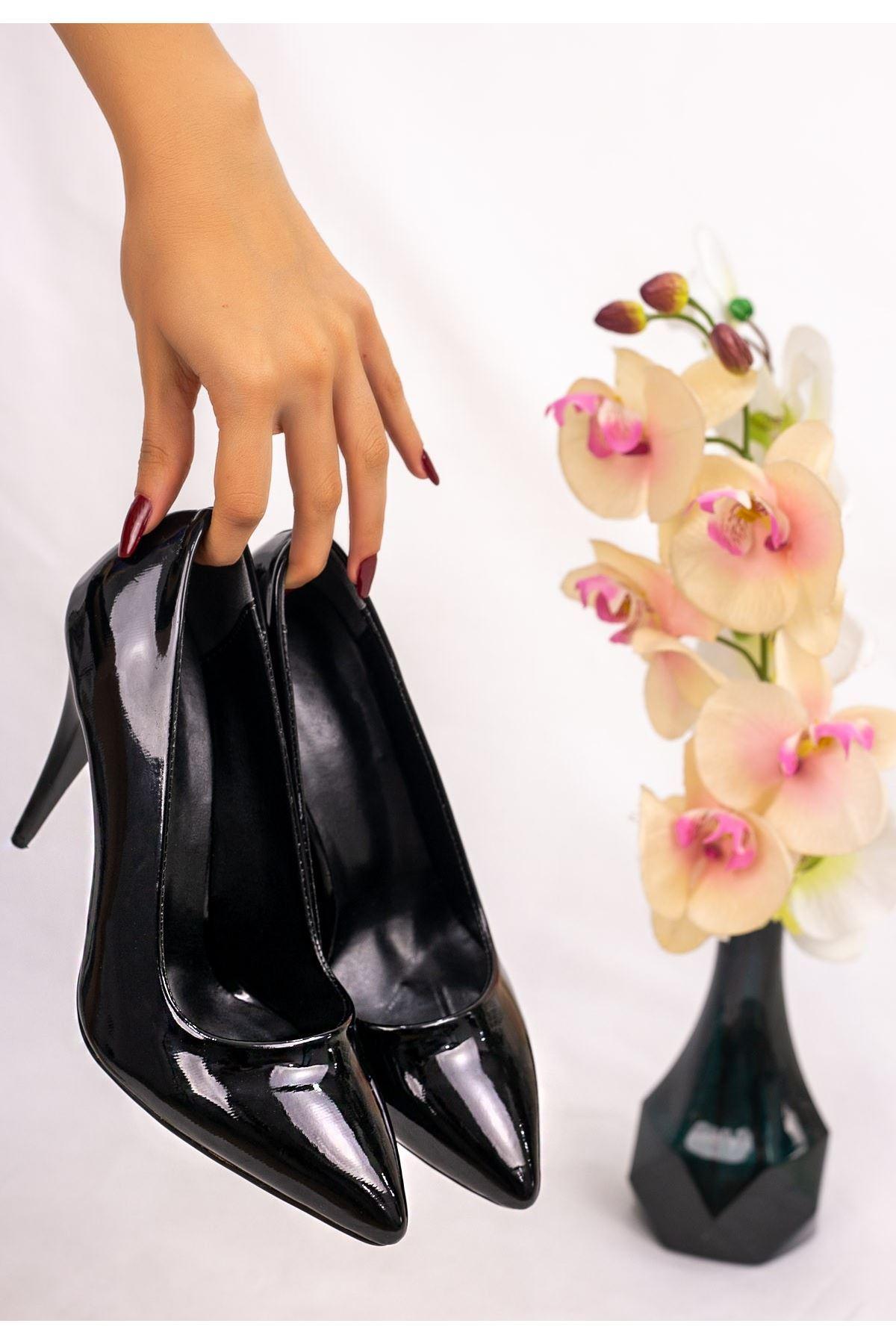 Revaxi Siyah Rugan Stiletto Ayakkabı