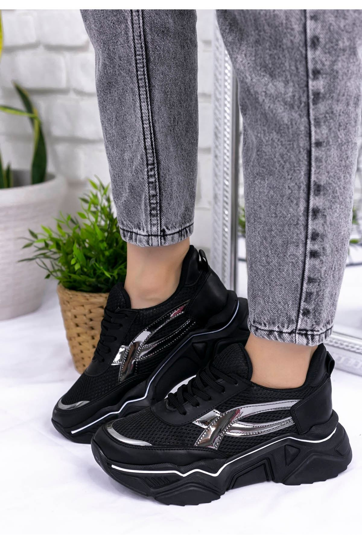 Vira Siyah Cilt Platin Detaylı Spor Ayakkabı