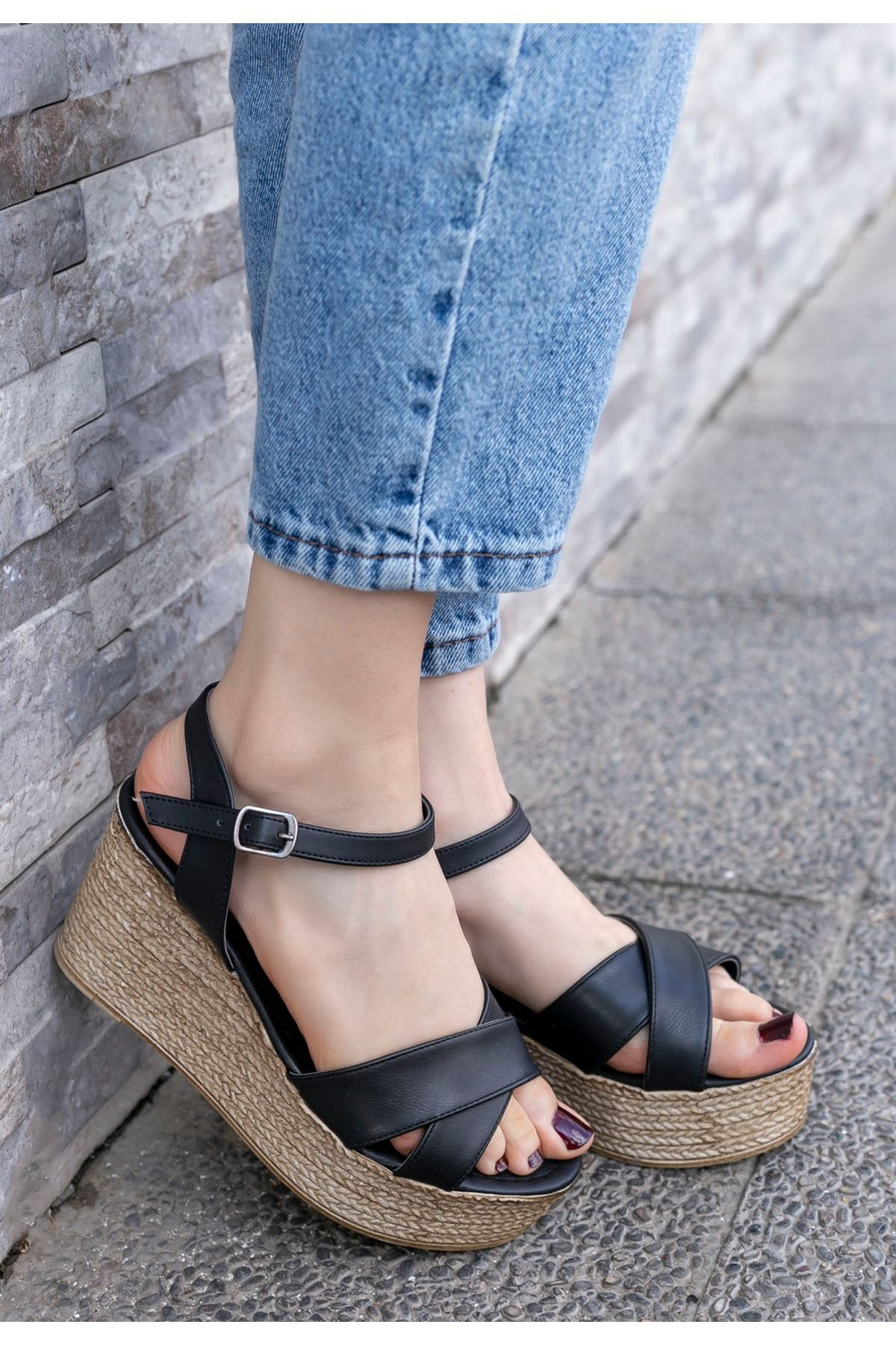 Açela Siyah Cilt Dolgu Topuk Sandalet