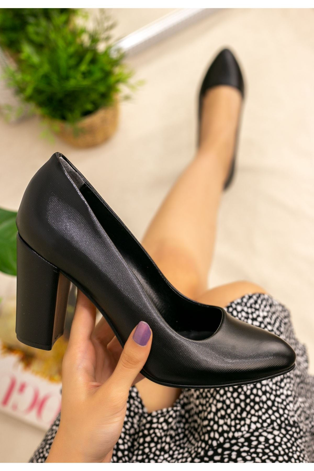 Sashi Siyah Desenli Topuklu Ayakkabı