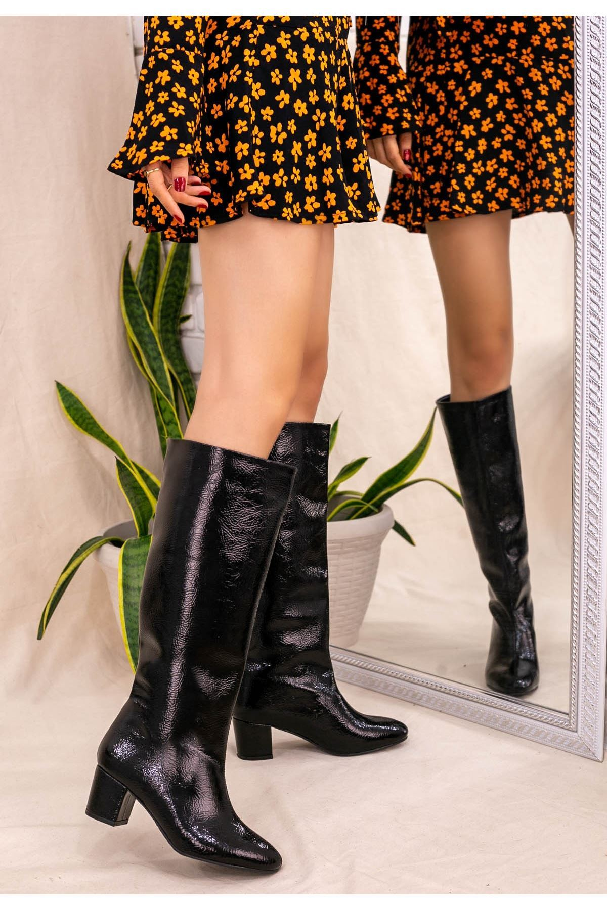 Tayaxi Siyah Rugan Desenli Çizme