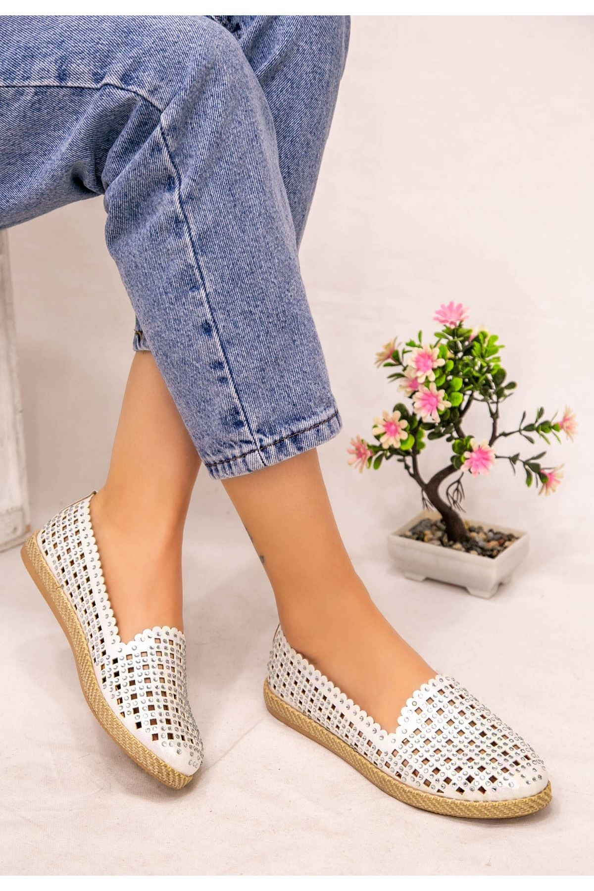Crix Beyaz Cilt Boncuk İşlemeli Babet Ayakkabı