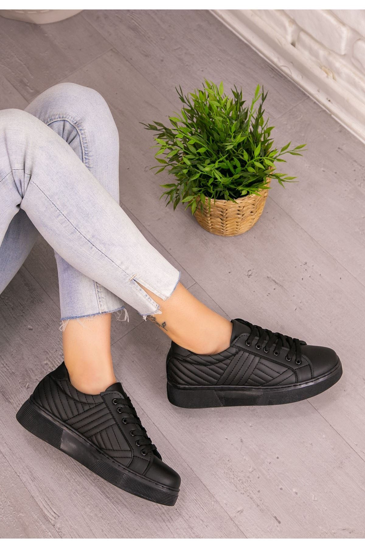 Vika Siyah Cilt Bağcıklı Spor Ayakkabı