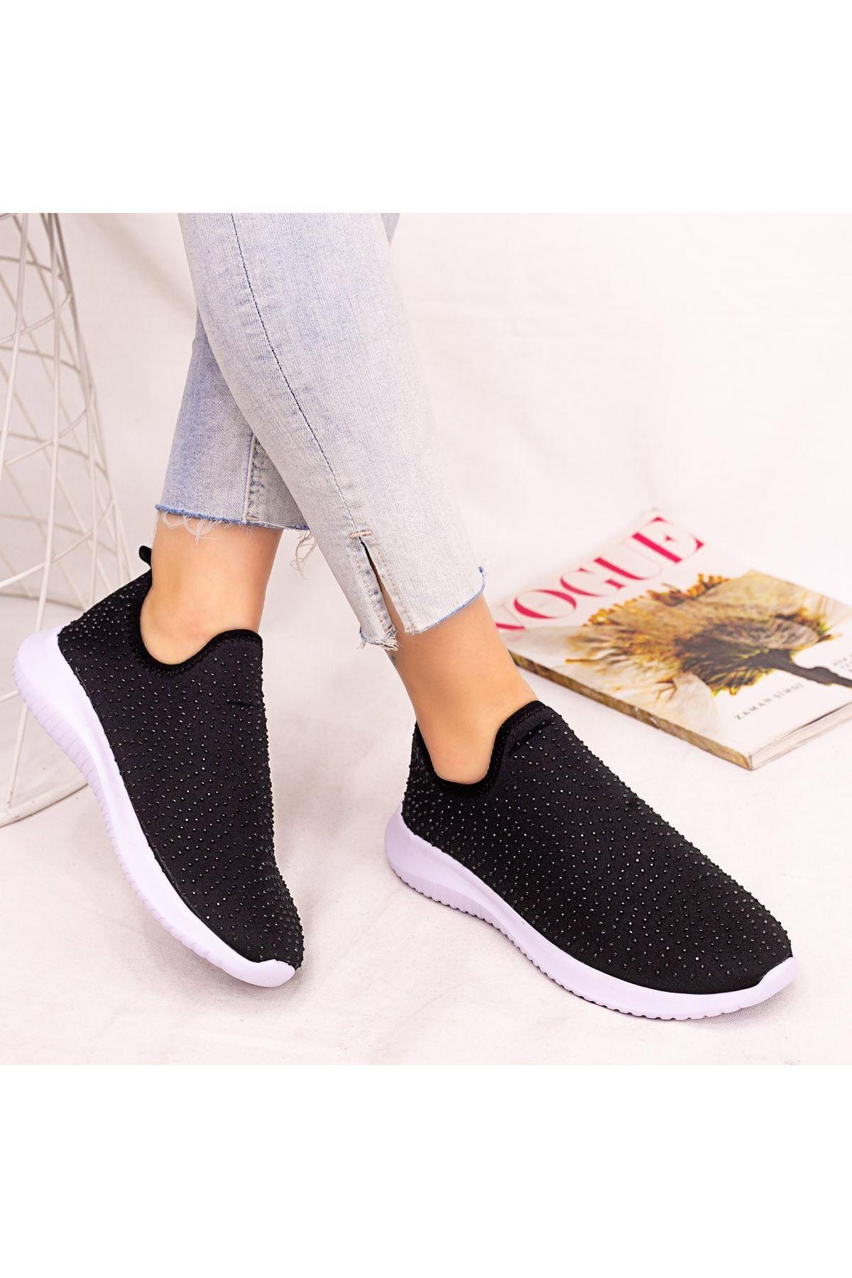 Stin Siyah Boncuk İşlemeli Beyaz Tabanlı Spor Ayakkabı