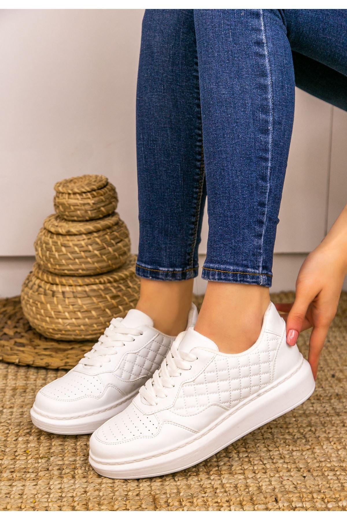 Lari Beyaz Cilt Bağcıklı Spor Ayakkabı