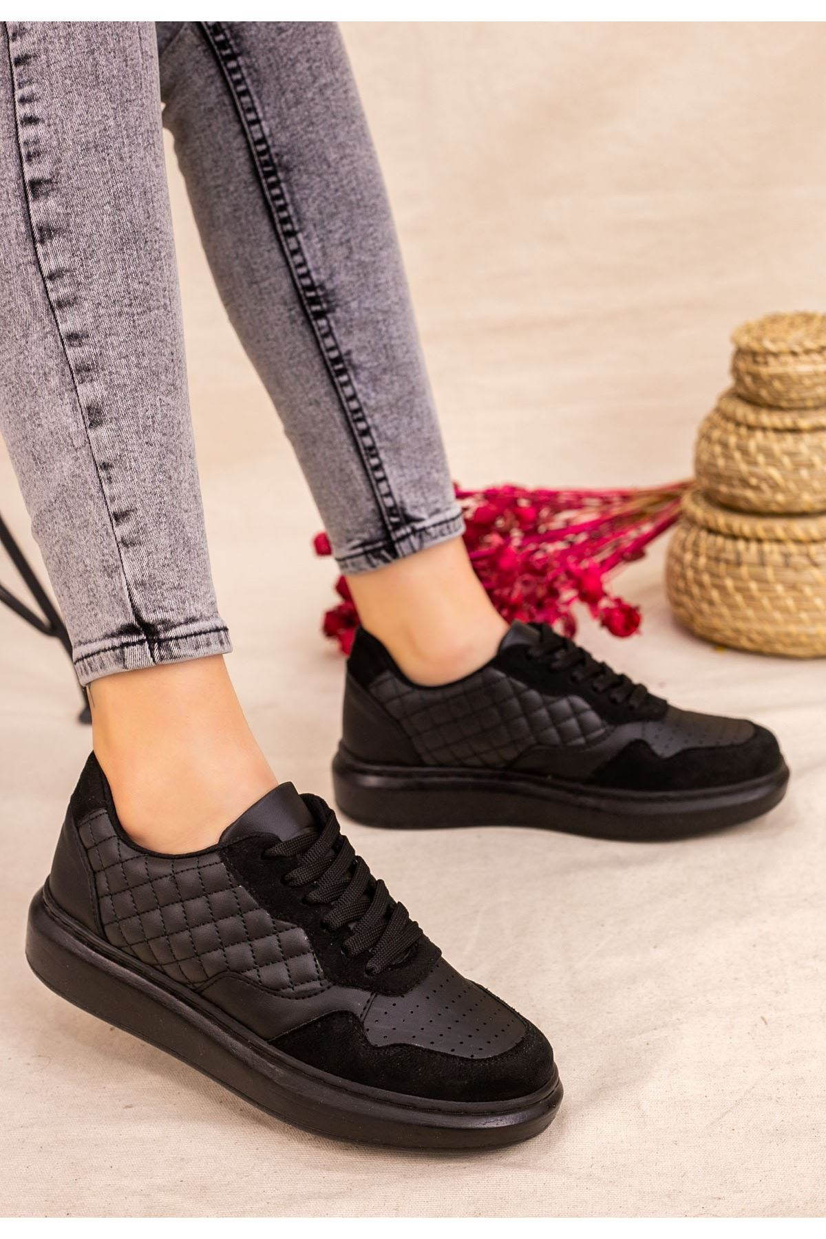 Lari Siyah Cilt Süet Detaylı Bağcıklı Spor Ayakkabı
