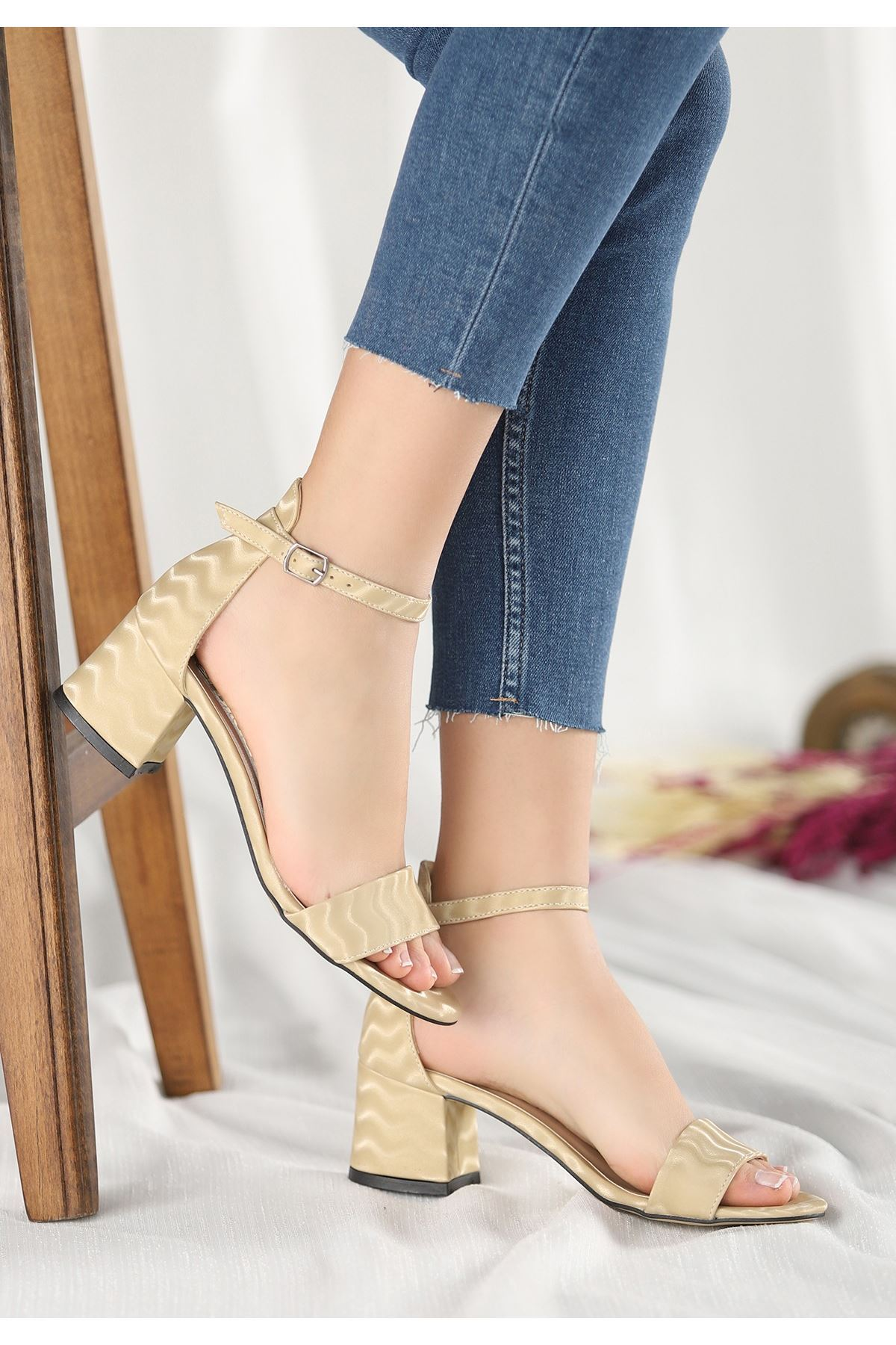 Epon Krem Süet Desenli Tek Bant Topuklu Ayakkabı