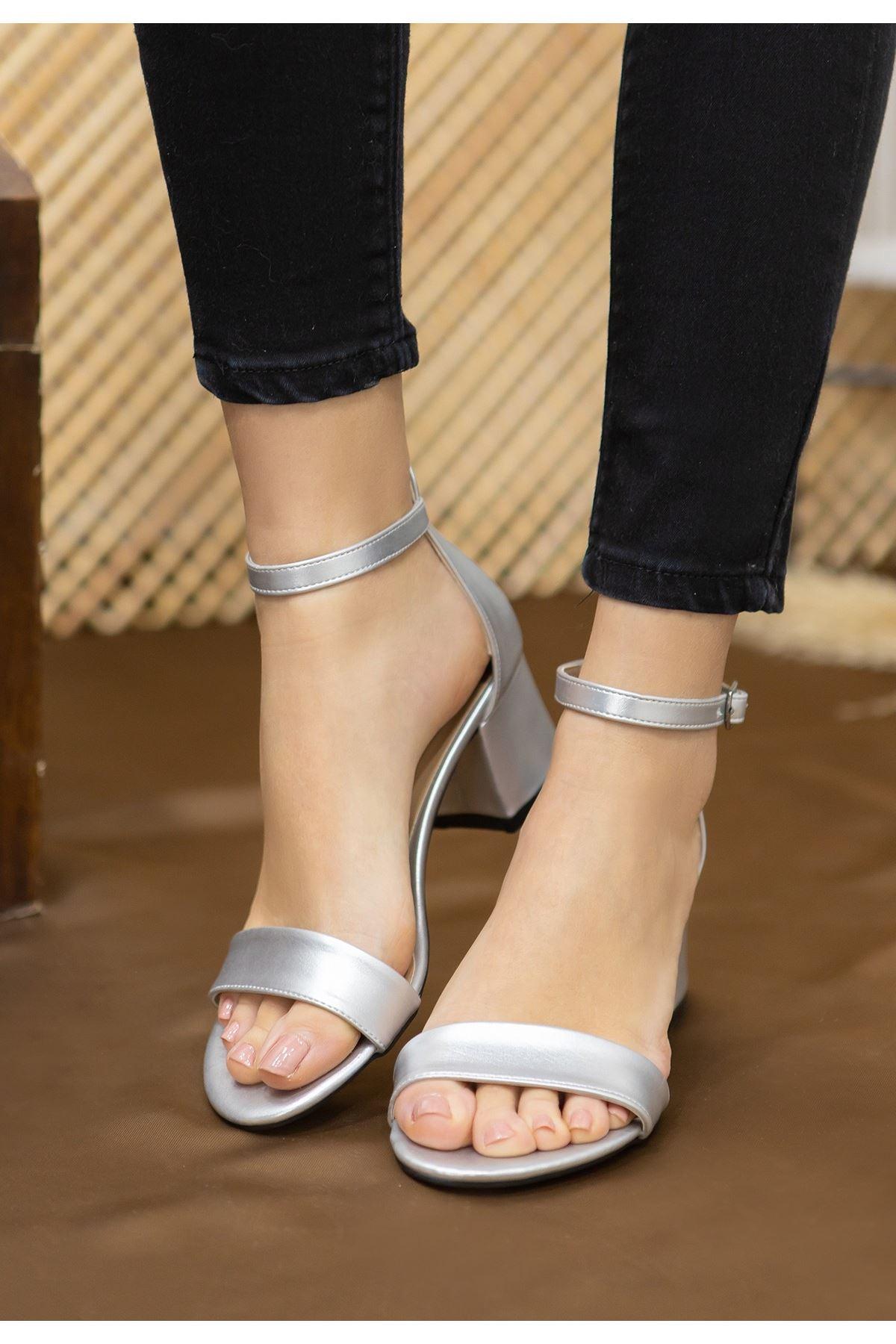 Epon Gümüş Cilt Tek Bant Topuklu Ayakkabı