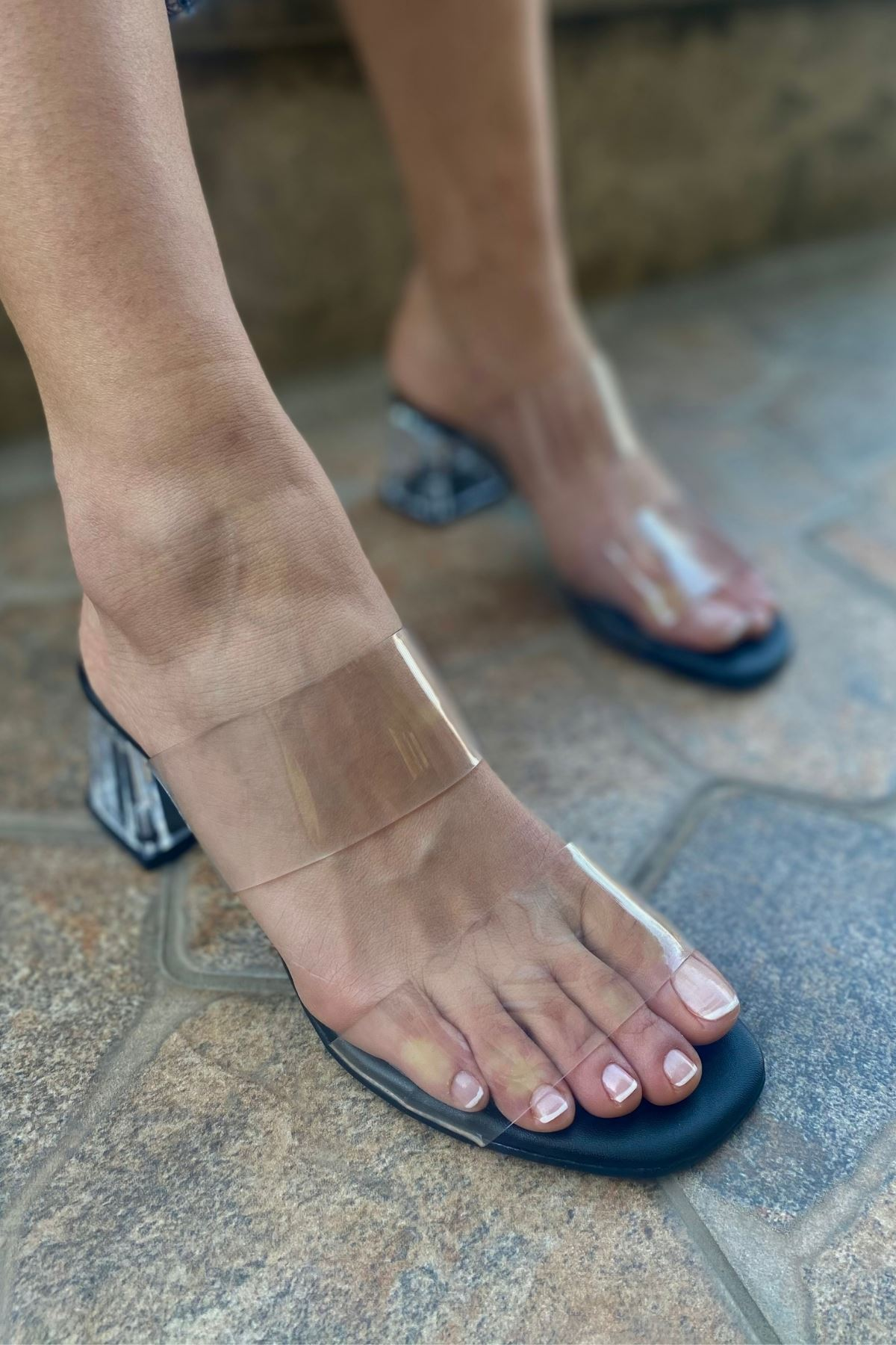 Korvi Siyah Şeffaf Çift Bantlı Topuklu Terlik