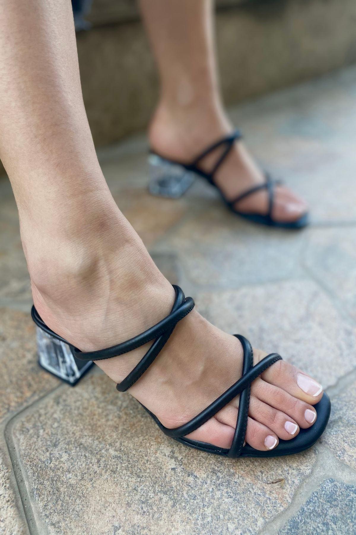 Polka Siyah Cilt Çapraz Bantlı Topuklu Terlik