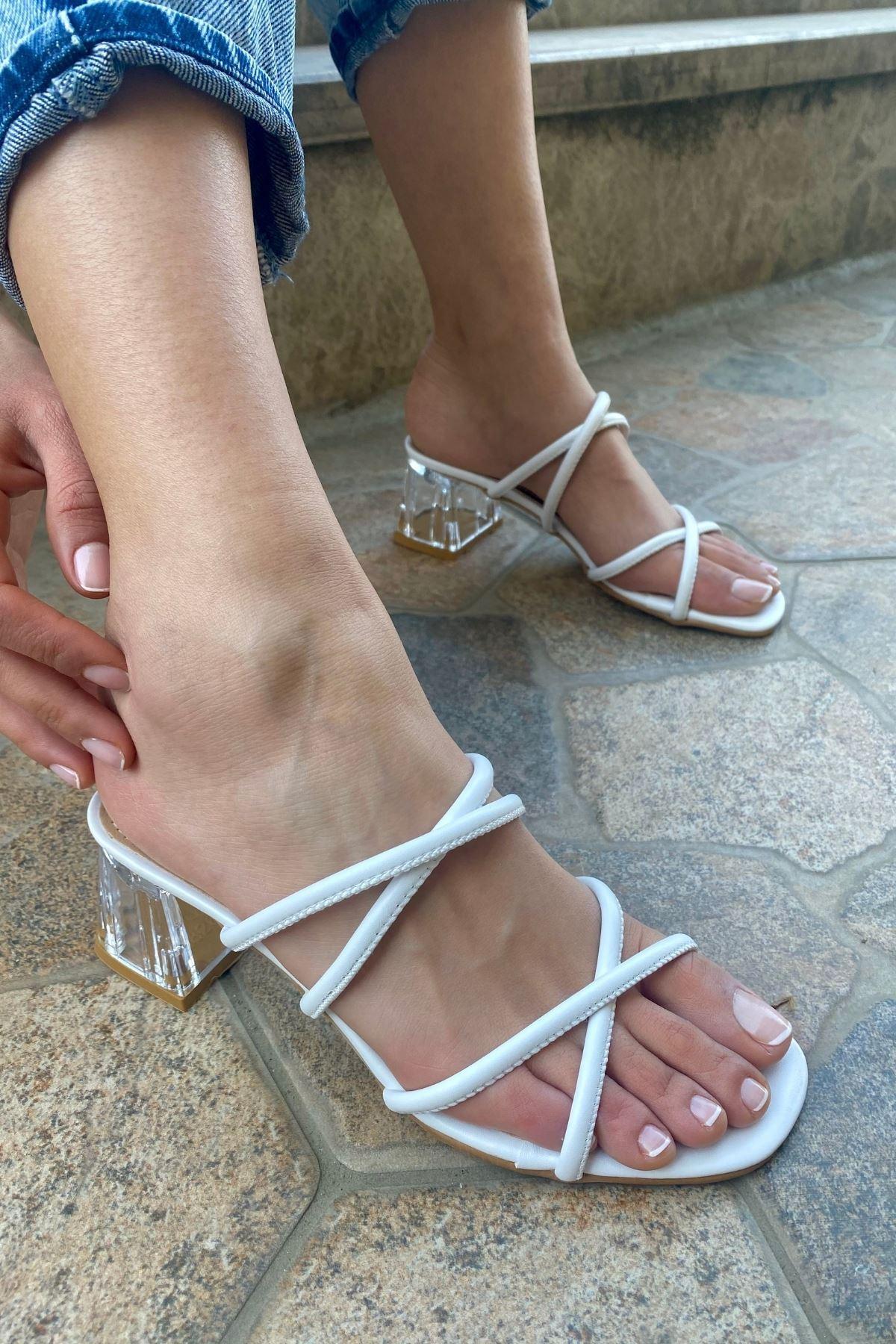 Polka Beyaz Cilt Çapraz Bantlı Topuklu Terlik