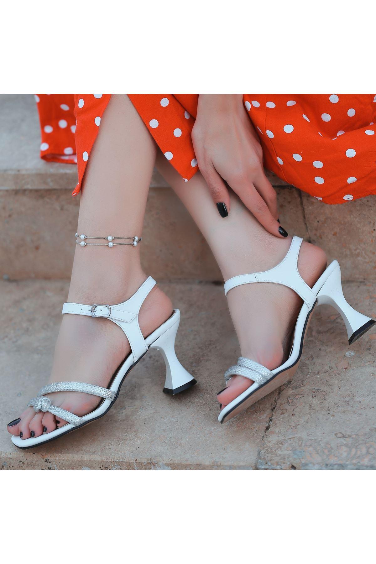 Onde Beyaz Cilt Boncuk İşlemeli Ayakkabı