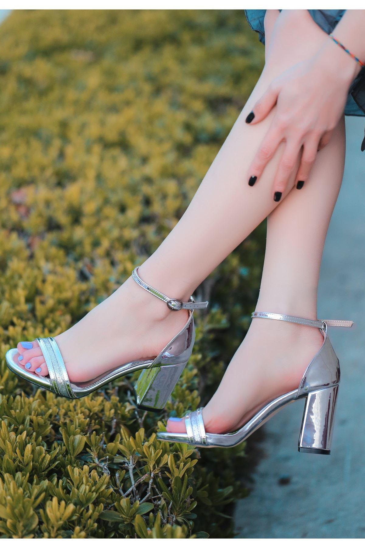 Perin Gümüş Rugan Topuklu Ayakkabı