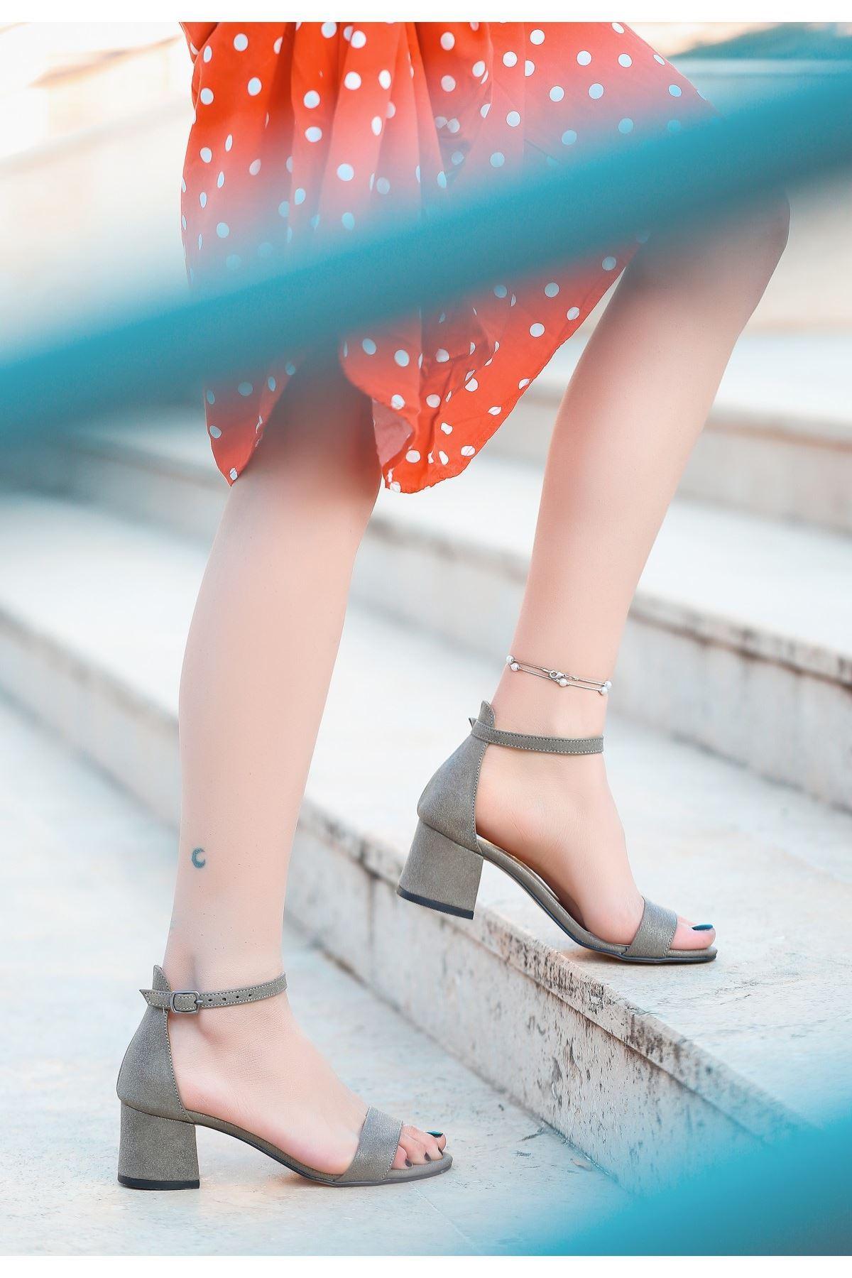 Epon Koyu Gri Cilt Tek Bant Topuklu Ayakkabı