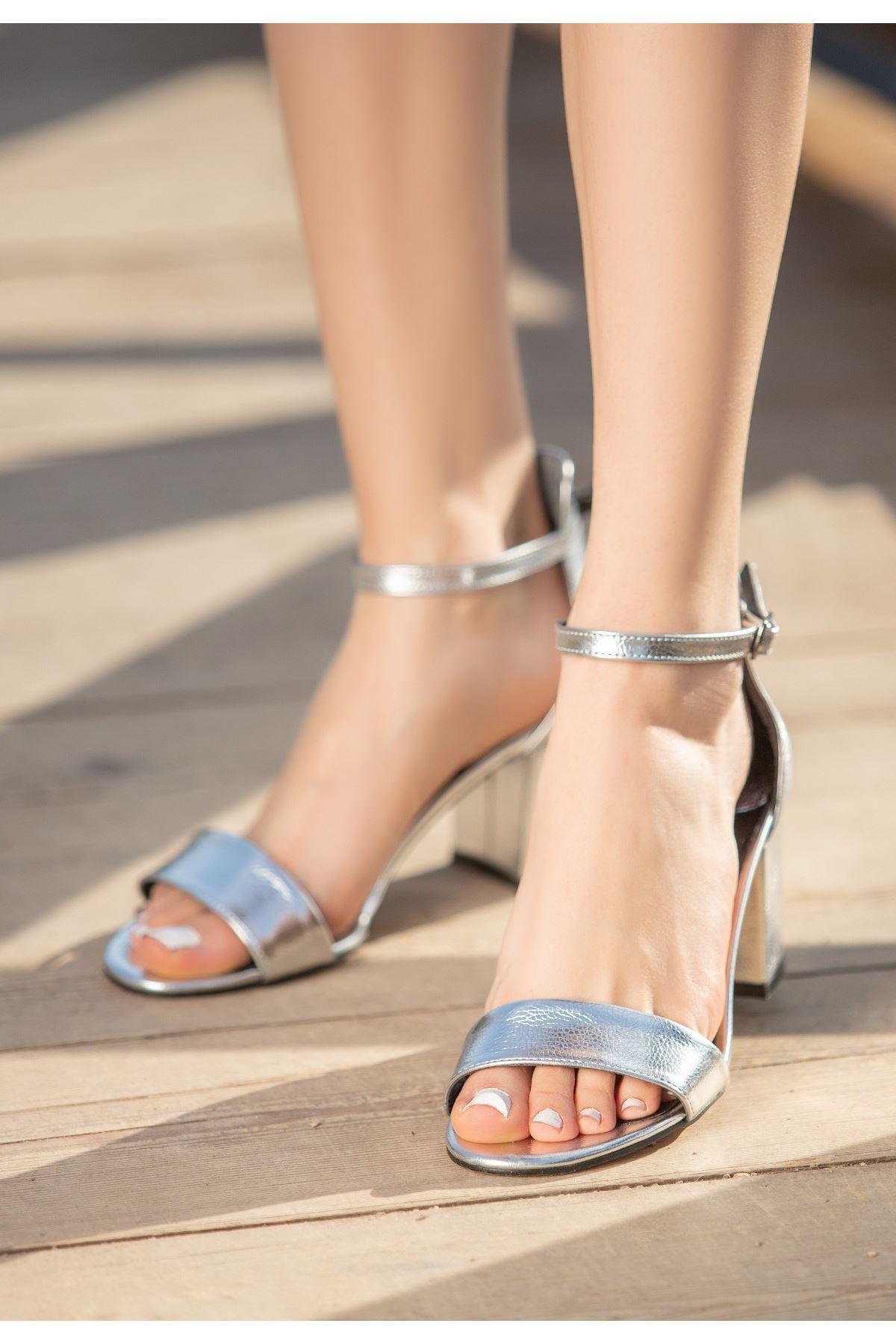 Epon Gümüş Cilt Tek Desenli Bant Topuklu Ayakkabı