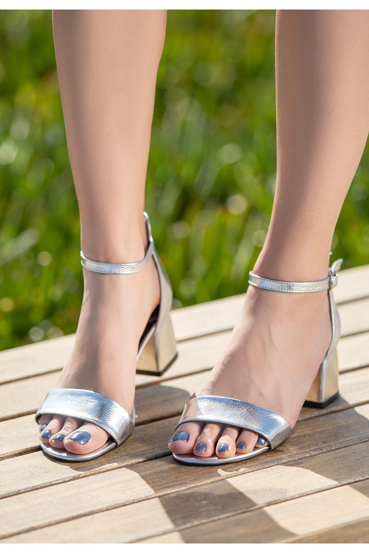 Epon Gümüş Cilt Desenli Tek Bant Topuklu Ayakkabı
