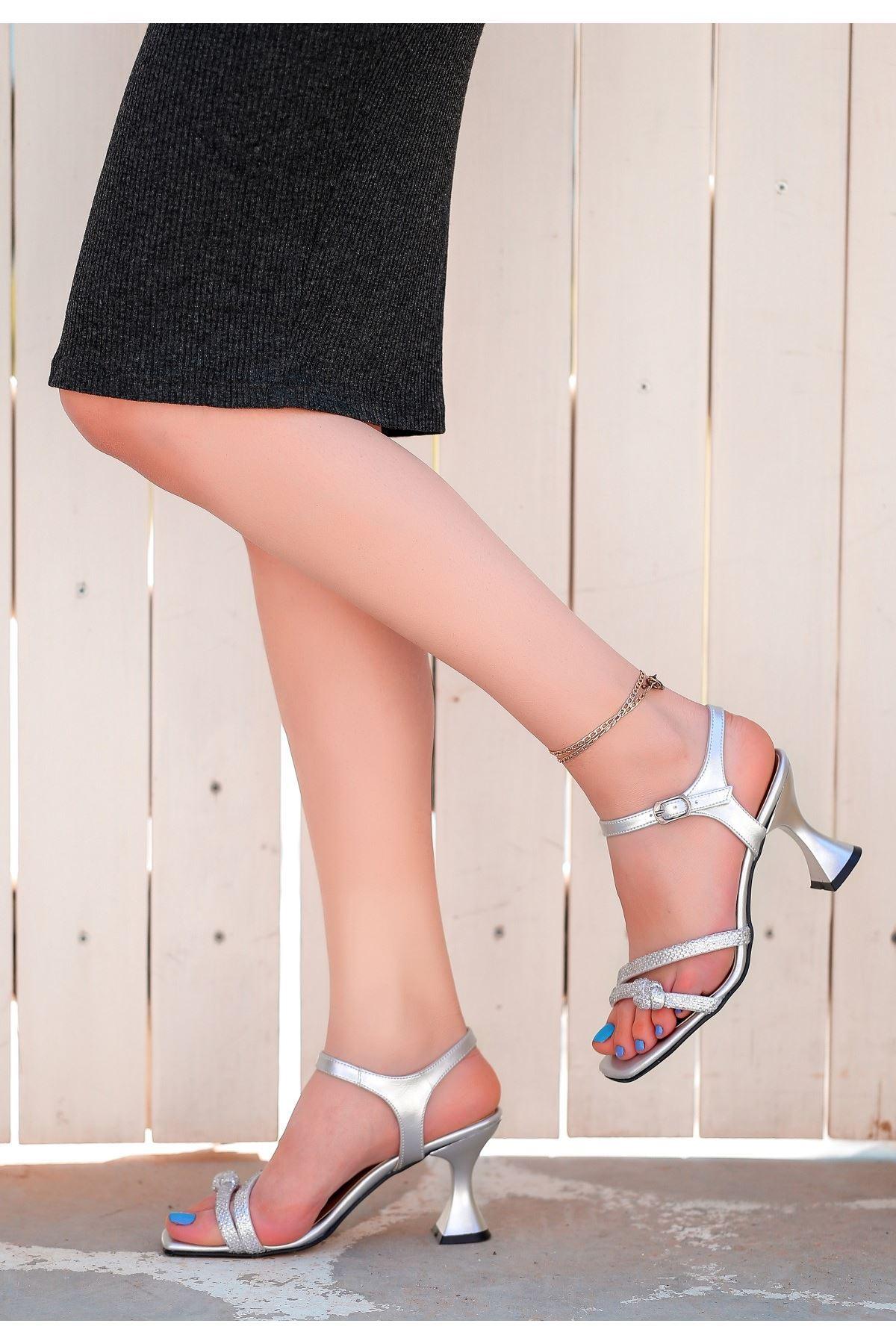 Onde Gümüş Cilt Boncuk İşlemeli Ayakkabı