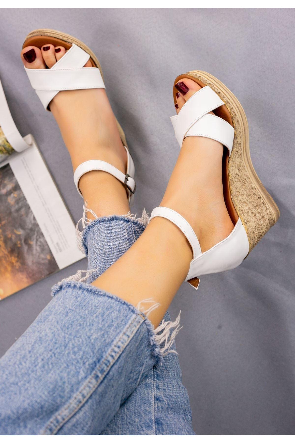 Petro Beyaz Cilt Dolgu Topuk Sandalet