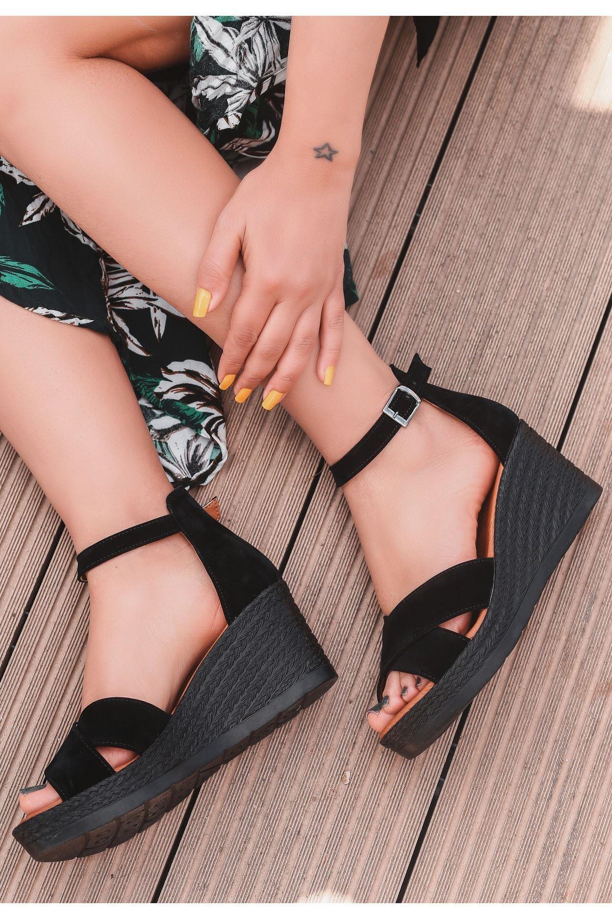 Ertu Siyah Süet Siyah Dolgu Topuk Sandalet