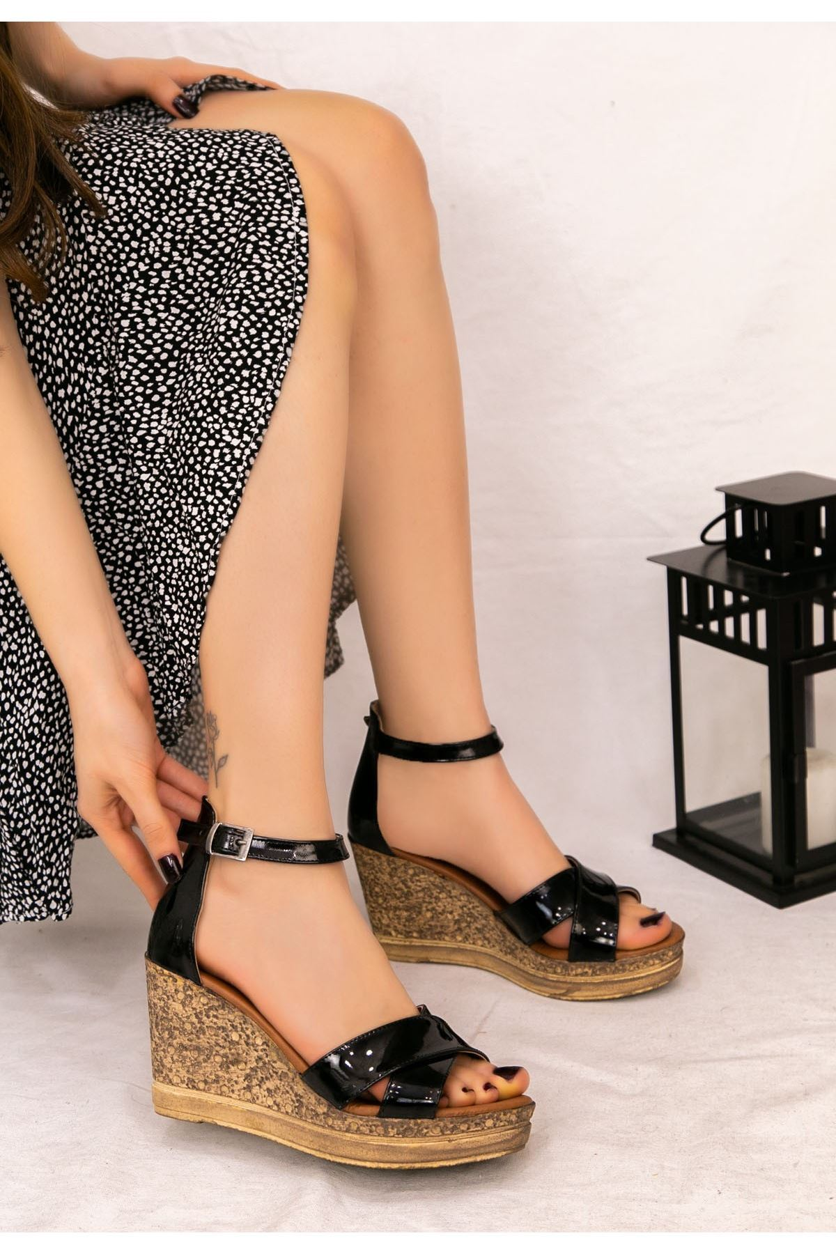 Petro Siyah Rugan Dolgu Topuk Sandalet