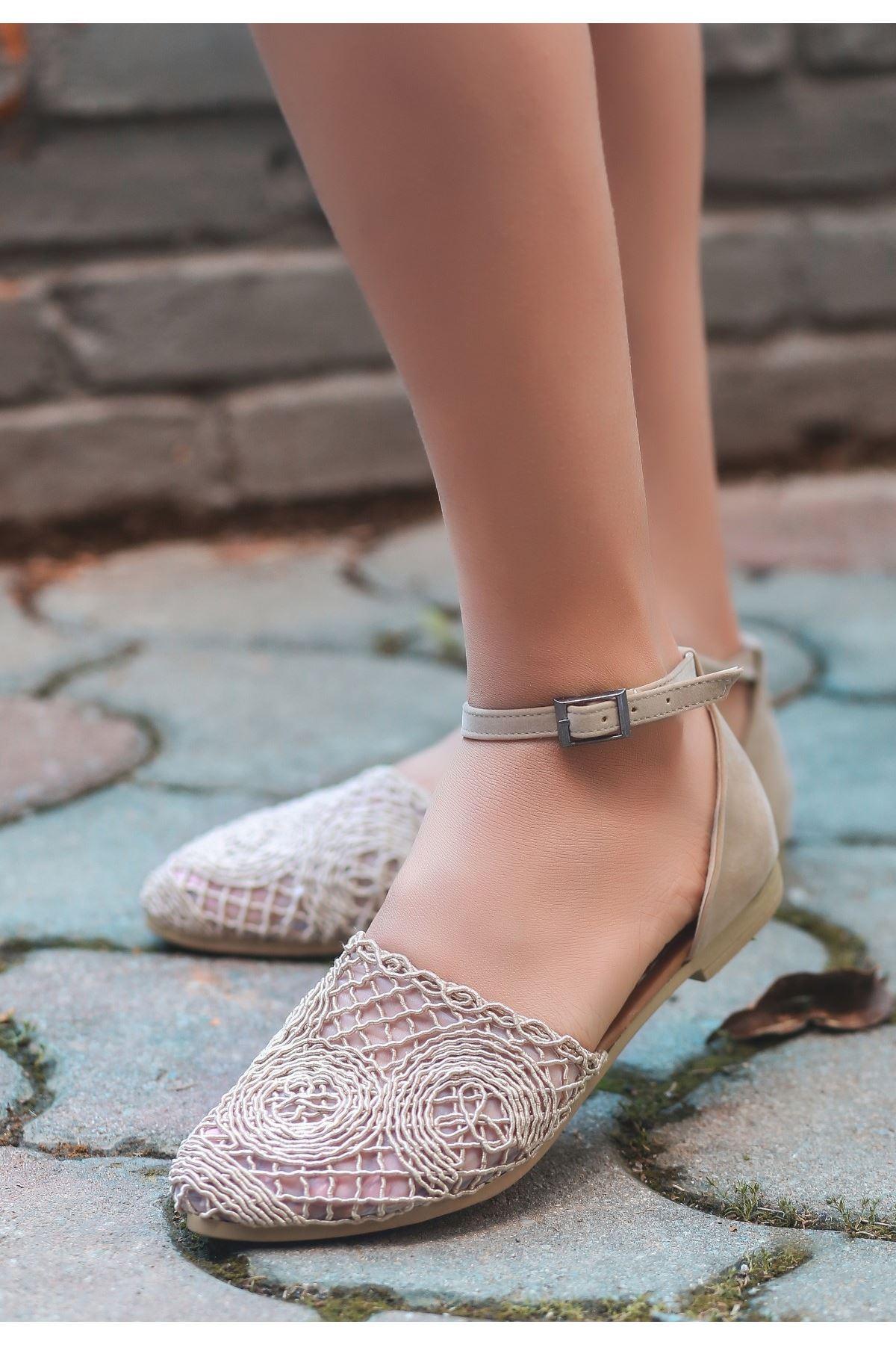 Acir Krem Örgülü Sandalet