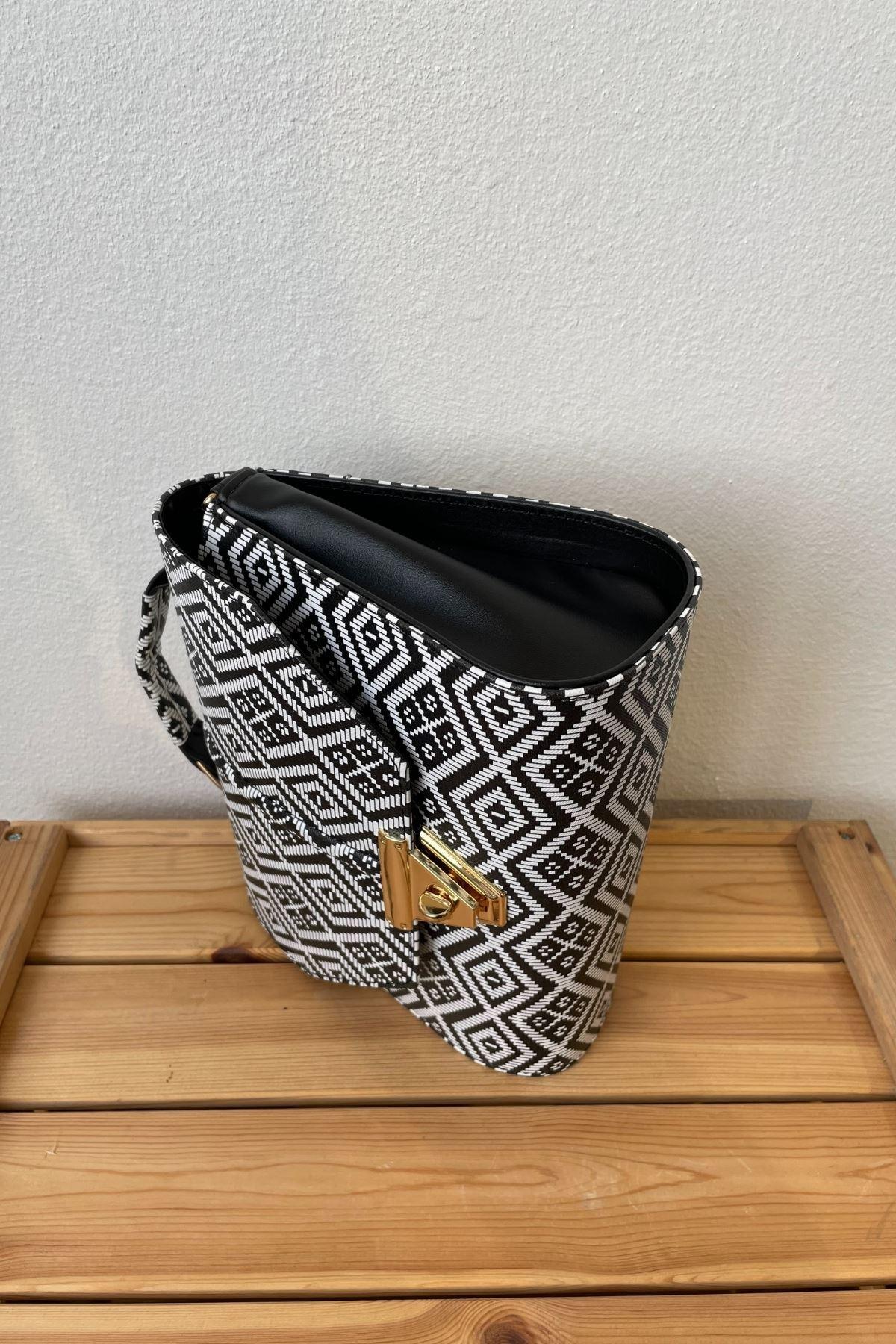 Randa Siyah Kilim Deri Kilitli Çapraz Çanta